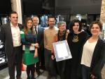 A directora xeral de Comercio e Consumo, Sol Vázquez, entregou hoxe o certificado de uso da marca a esta empresa especializada na creación de pezas únicas